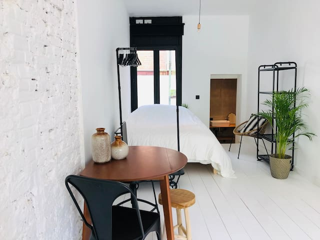 New Trendy spacious white central city studio for4