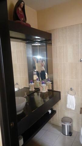 Baño completo en recámara principal.