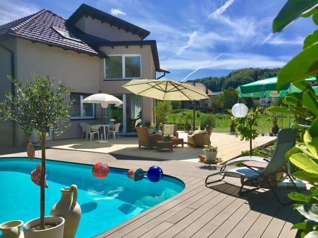 2,5 dans Villa,  moderne,  piscine avec terrasse