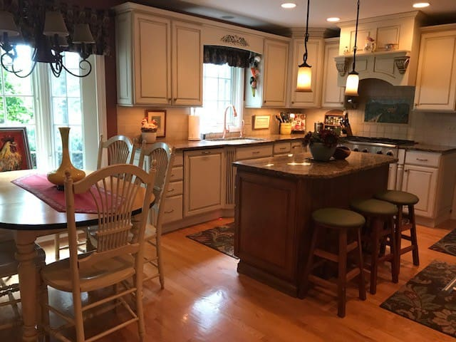 Updated Cozy Country Kitchen