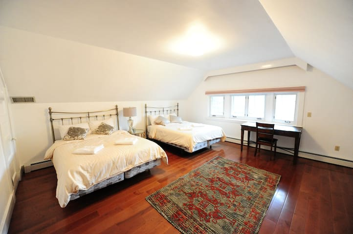 2 queen size beds in the room.