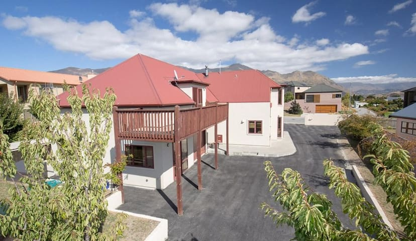 Private, near town + own kitchen, lounge & laundry - Wanaka - Lägenhet