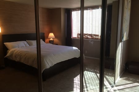 Large zen master bedroom with private bathroom - San Jose - Townhouse