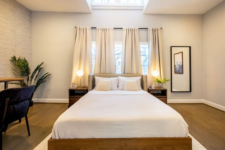 Spacious Master Queen Room in Petworth