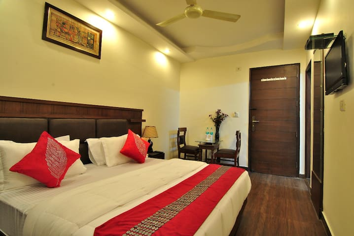 Comfortable & Luxurious room near Railway Station