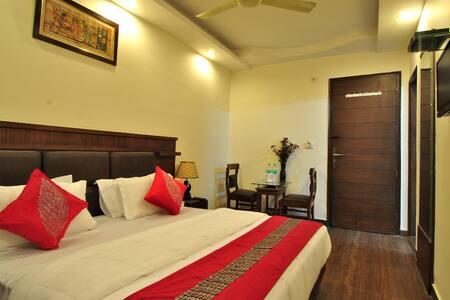 Comfortable & Luxurious room near Railway Station