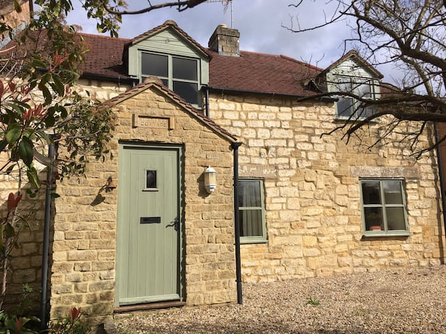 Characterful Cotswold Stone Cottage near Dursley