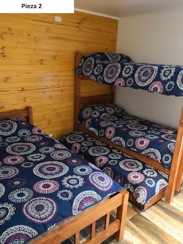 Segunda Pieza. cuenta con 3 camas de 1 plaza y 1 cama de plaza y media.