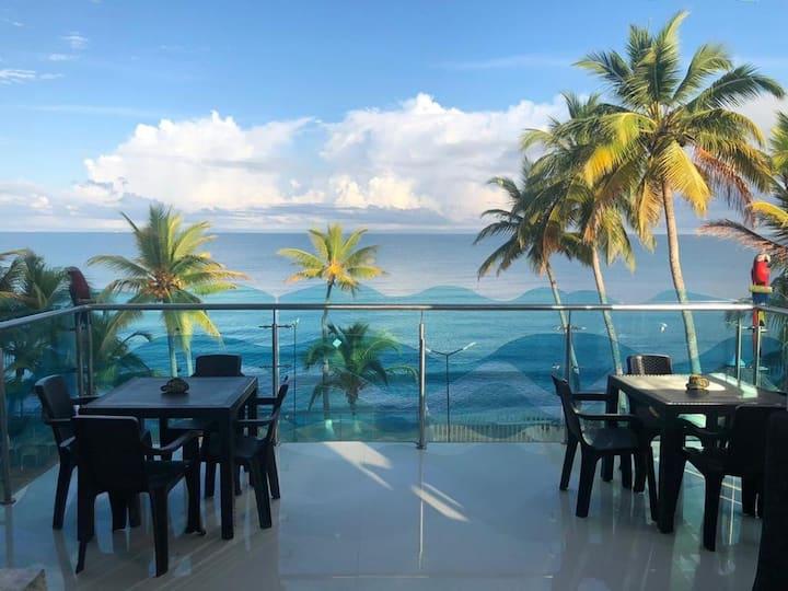 Apartamento con piscina frente al mar