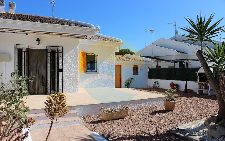House with garden, barbecue and close to the beach