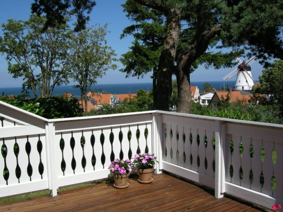 Udsigten fra terrassen mod øst. View from terrace towards east.