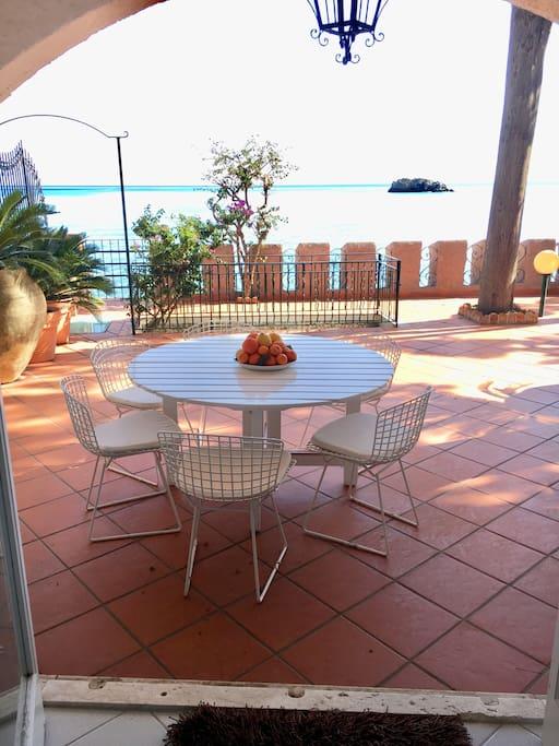 terrazzo e tavolo vista mare