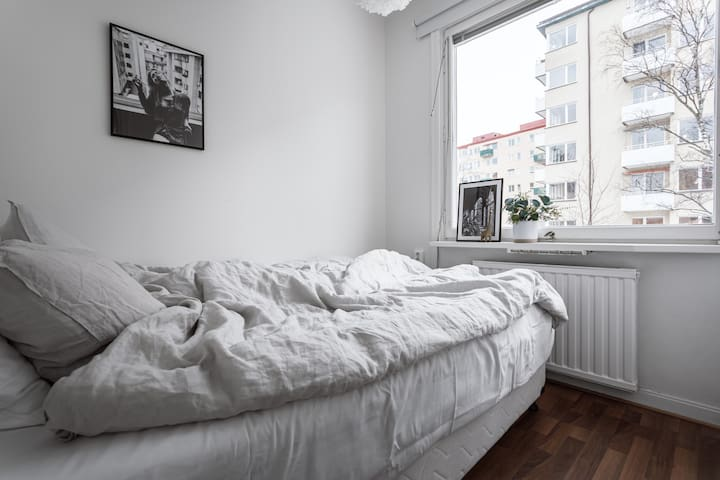 Cozy and bright second bedroom with 140cm bed.
