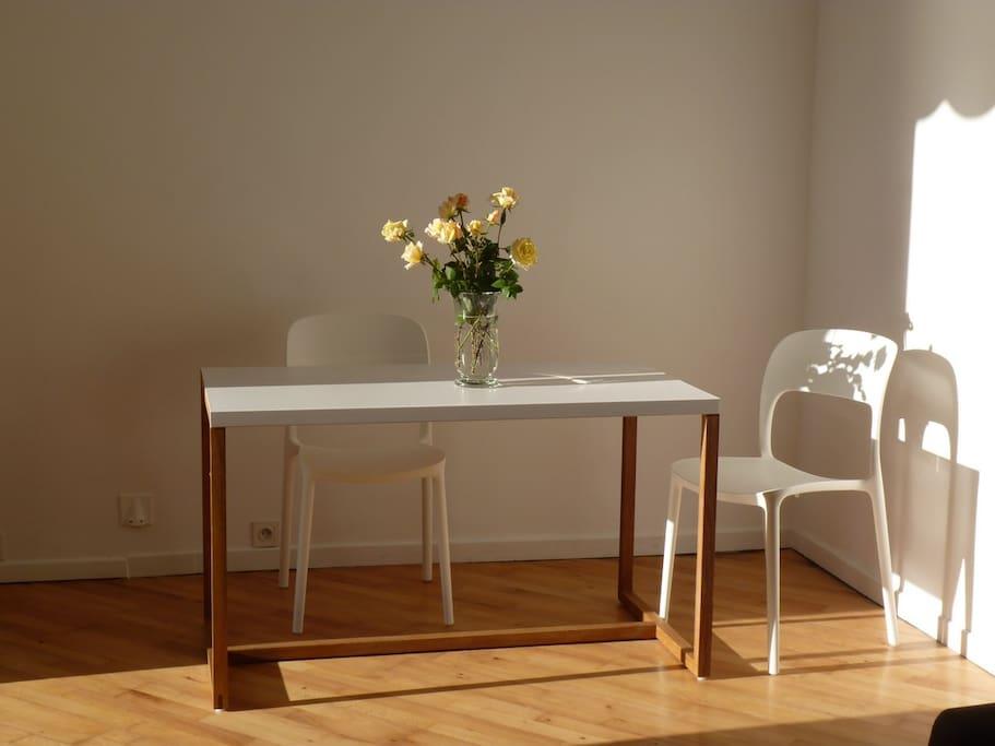 l'espace repas clair et confortable
