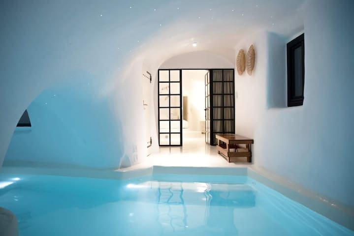 Aleria Luxury Cave Santorini - private heated pool