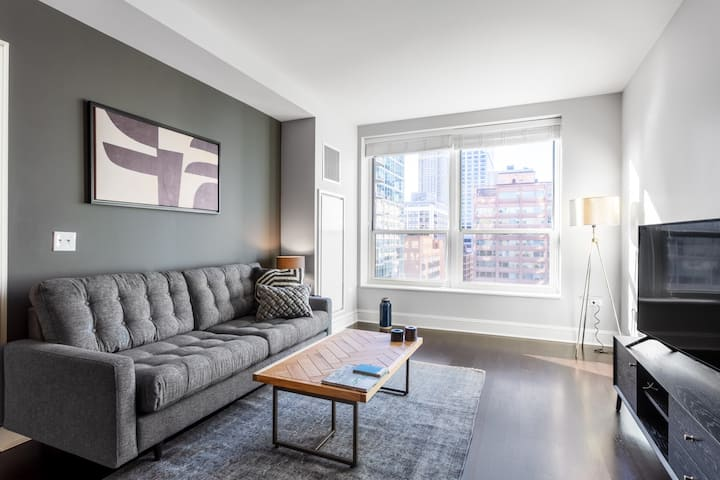 Dreamy Streeterville 1BR w/ Lake Views, Pool, Deck, Gym, by Blueground