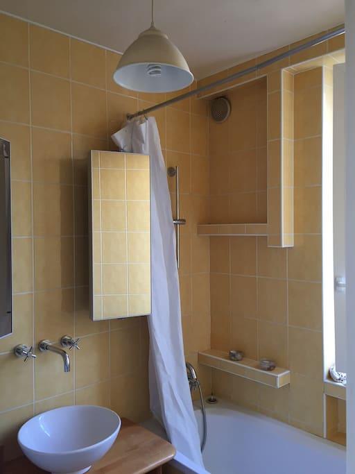 Salle de bain avec baignoire et fenêtre