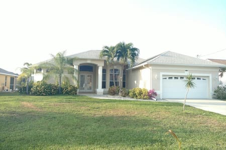 Room in Gorgeous Canal Home with Pool & Kayaks - Cape Coral - Casa