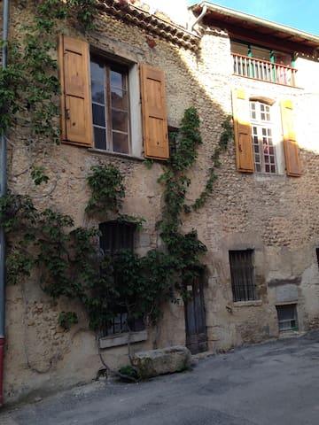 Grandes chambres ,   calme, centre village - Valensole - Hus