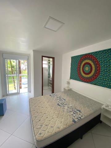 Quarto 2 - cama de casal e WC privativo.