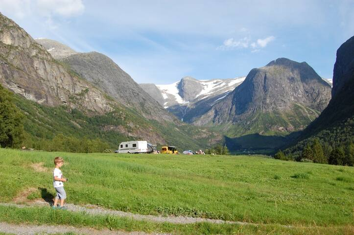 Caravans @ Høyseth Camping (view of mountain Gallen)