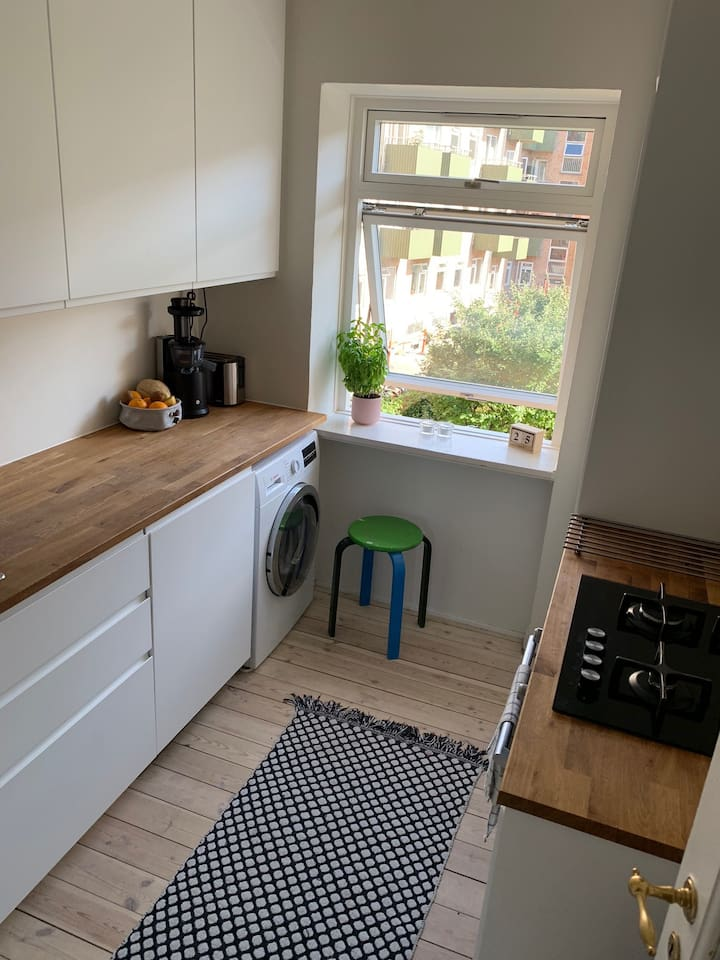 Kitchen with oven, dishwasher and combined washing/dryer