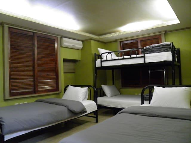 2층 침대 1개와 싱글 침대 2개로 구성된 4인실입니다. 추가 온돌 침구류가 준비되 있습니다.