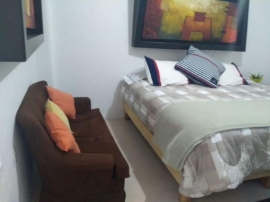 Amplia habitación principal con una cama king size muy cómoda para una o dos personas. Además contamos con televisión HD, closet amplio, cajonera y sillón de descanso.