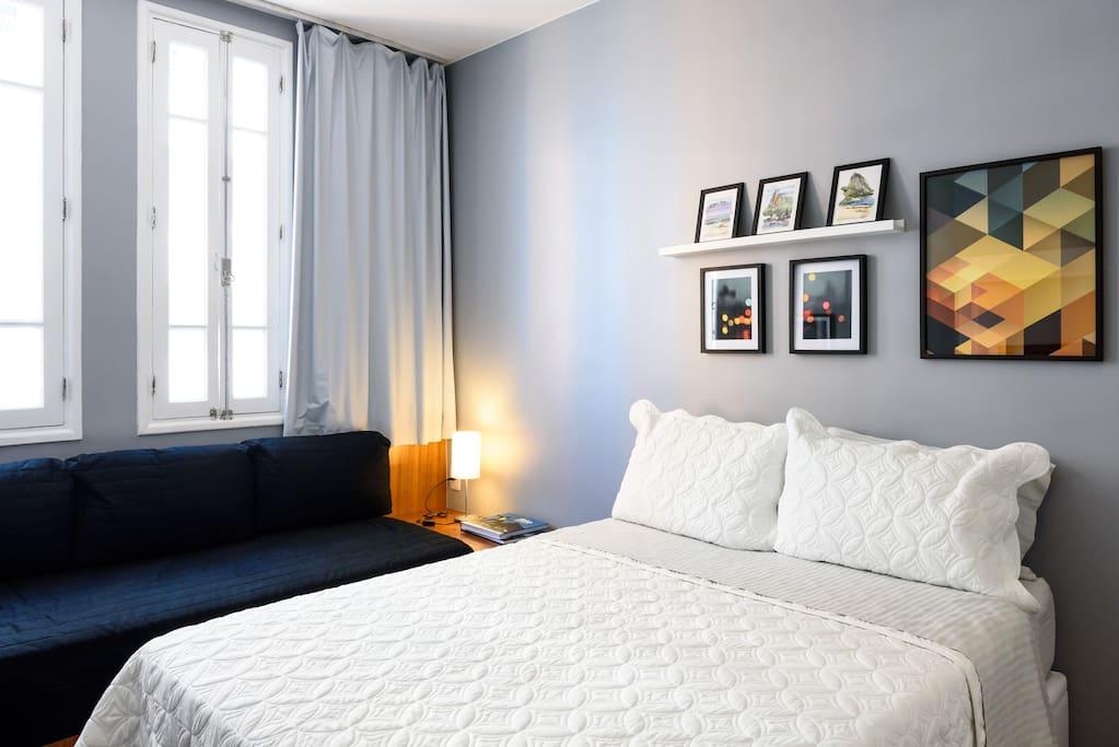 Quarto 1 com cama de casal e cama de solteiro Ar split,tv a cabo e wi-fi. Vista para o mar.