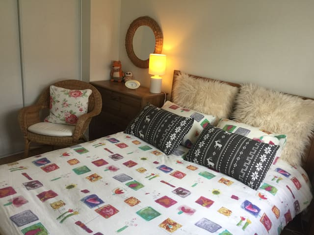 Chambre double privé dans une maison jumelée.
