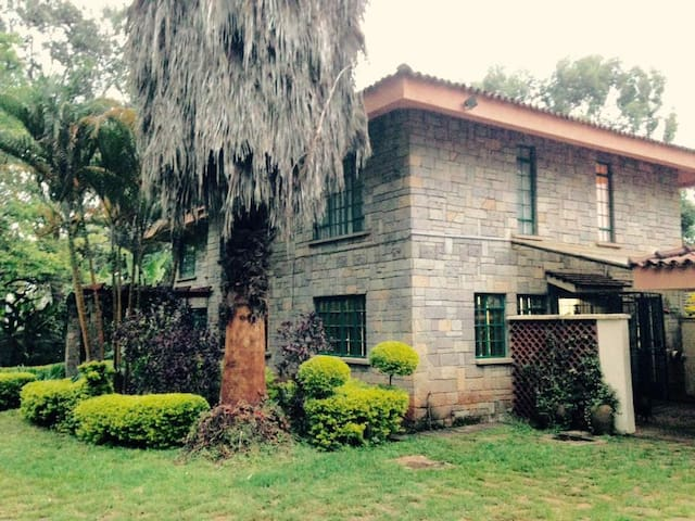 Room in a big house with garden, close to UN - Nairobi - Hus