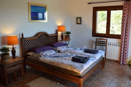 R3: Cozy room with balcony in quiet finca - Manacor