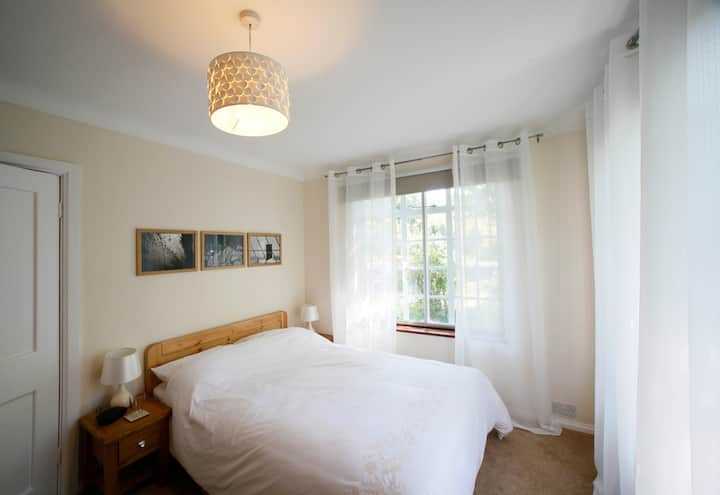 Lovely double bedroom one mile from City Centre