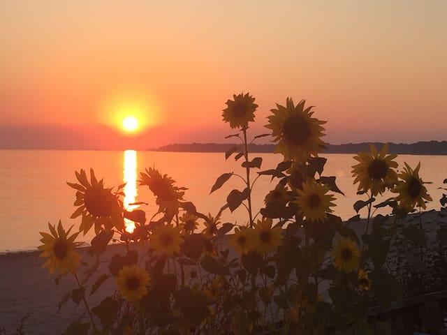 Lakefront beach paradise retreat- Sherkston Shores