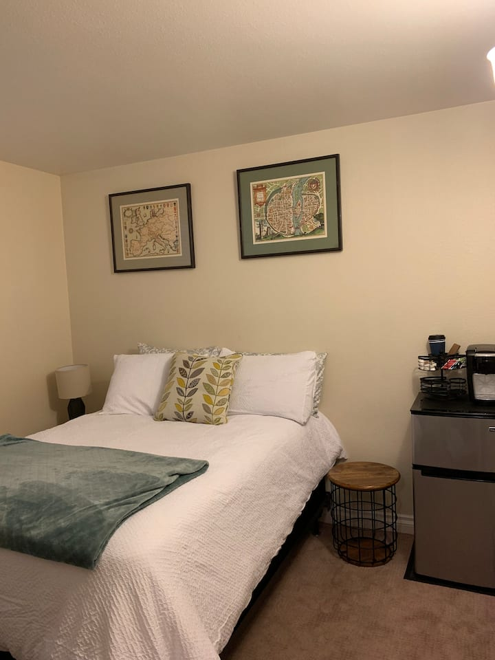 Cozy private room and bath in East SLC, UT