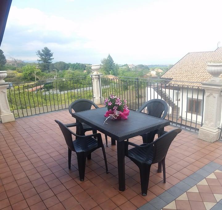 Appartamento con terrazzo panoramico e uso piscina