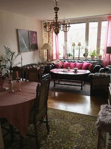 Vardagsrum med soffgrupp , kabelTV och matsalsmöbel . Här kan extrasängen placeras och även ev sovplats i soffan .