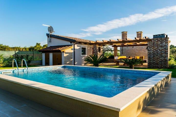 Luxuriöses Ferienhaus in Fažana mit Swimmingpool