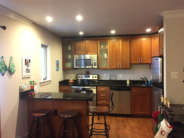 Stones throw to the Ave & Shops/Dining Del Ray - Alexandria - Apartment