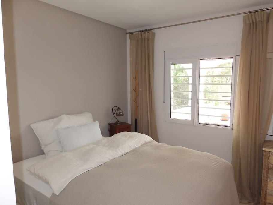 ruhiges Schlafzimmer mit bequemem Boxspringbett 150x195cmm