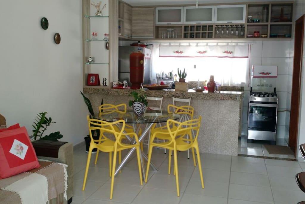 Sala ampla com cozinha americana