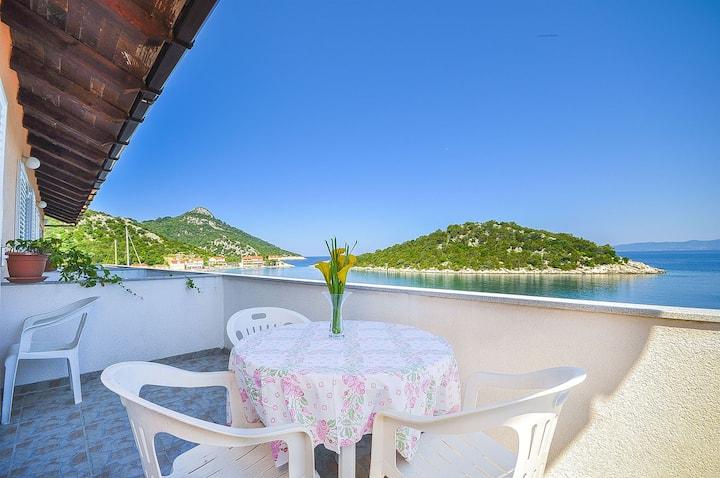 One bedroom Apartment, 2m from city center, beachfront in Zaklopatica - island Lastovo, Terrace