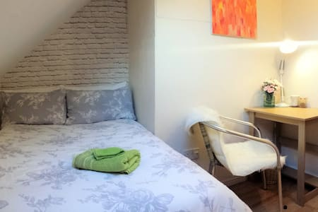 GSK SKY 1m Piccadilly Line 20min Heathrow Airport - London