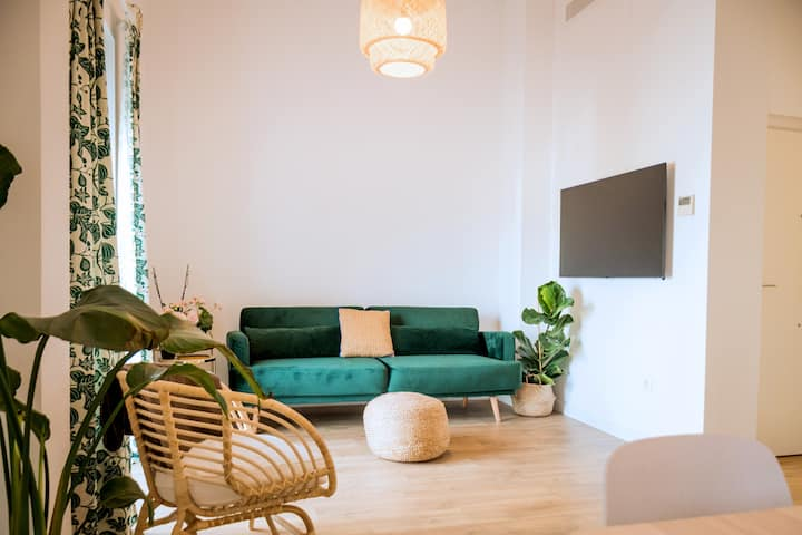 Fantastico apartamento con recien renovado con piscina en la azotea dos dormitorios y facil aparcamiento en la calle.