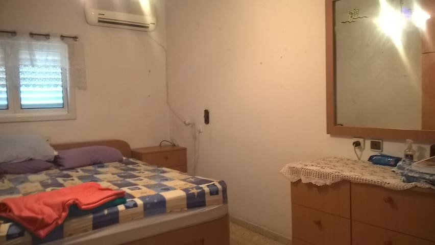 Basic room, with a bed and vanity - Petah Tikva
