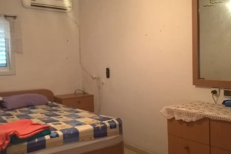a big bedroom next to the Mall and Center - Petah Tikva - อพาร์ทเมนท์