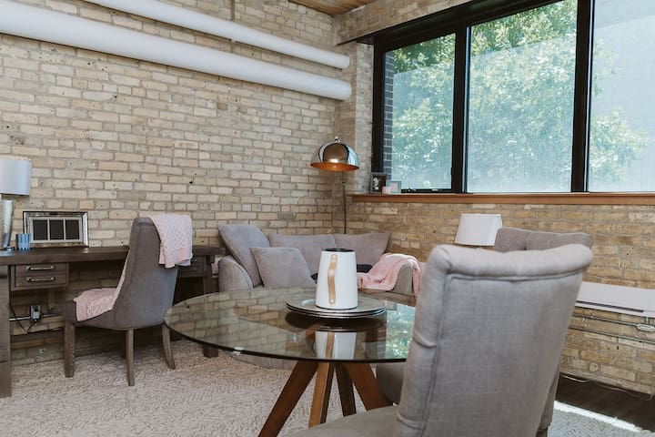 ☆Industrial Style Loft w/ FREE Parking + Patio ☆