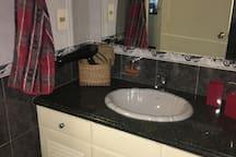 Baño con espejo de aumento con luz y secador de cabello