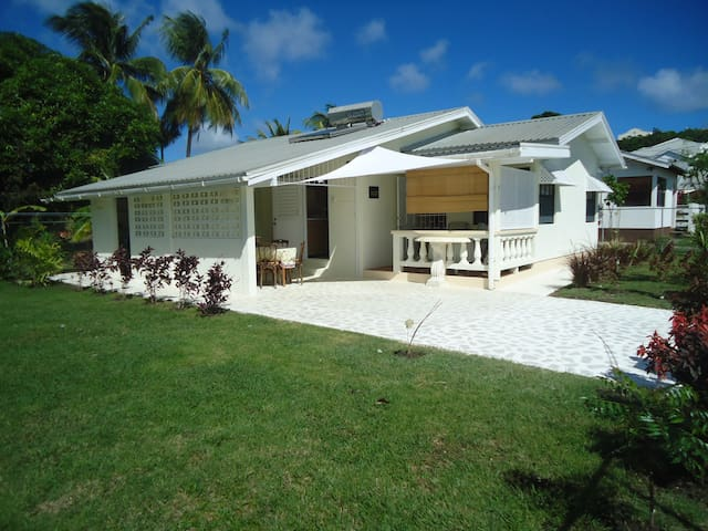 Casaneta, tropical Bajan home - Weston - Hus