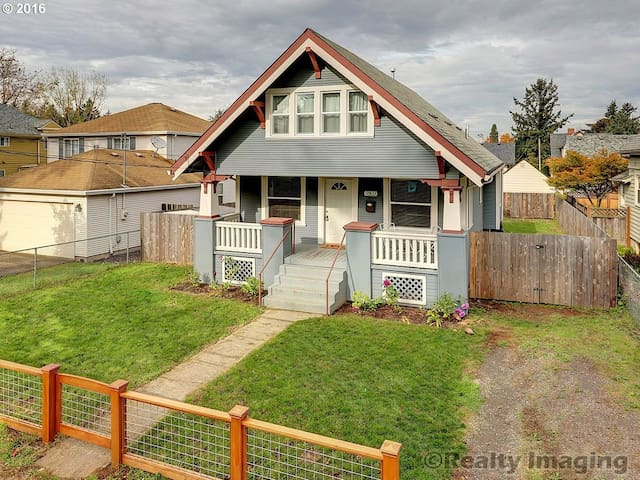 Cute PDX Bungalow Vacation Home!